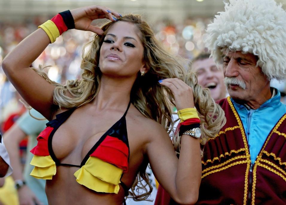 """Torcedora alemã chama a atenção até de """"vovô"""" durante final da Copa do Mundo no Maracanã"""