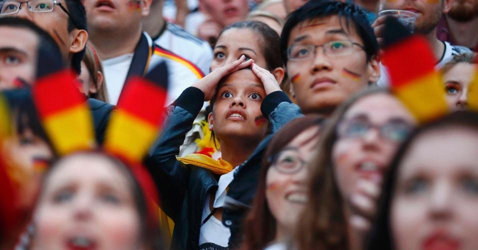 Torcedora alemã leva mãos à cabeça em Berlim durante final da Copa do Mundo contra a Argentina