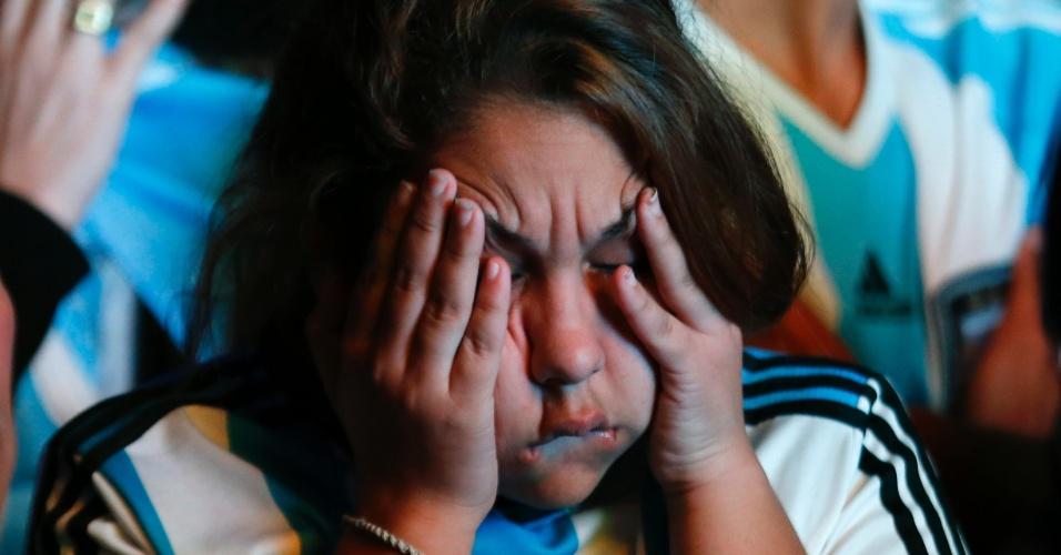 Torcedora argentina chora em Buenos Aires após derrota na final da Copa do Mundo do Brasil