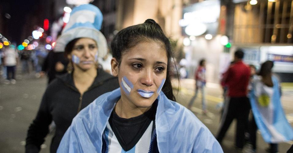Torcedora argentina chora nas ruas de Buenos Aires após derrota para a Alemanha na final da Copa do Mundo