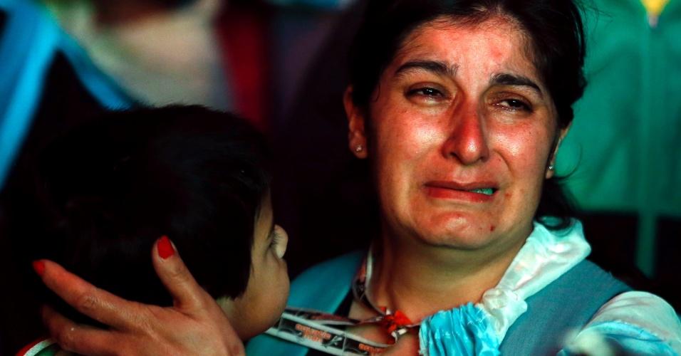 Torcedora argentina não suporta derrota e chora em praça de Buenos Aires