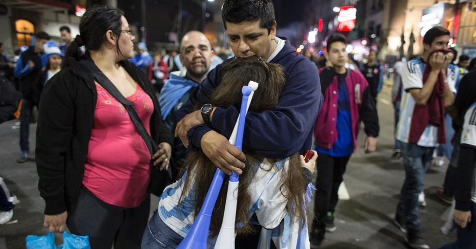 Torcedora é consolada em rua de Buenos Aires