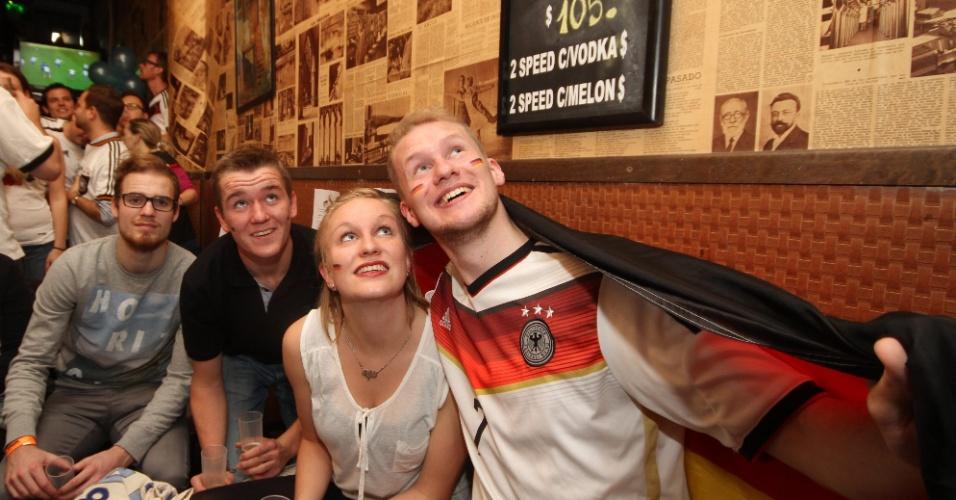 Torcedores alemães assistem à final da Copa em um bar de Buenos Aires