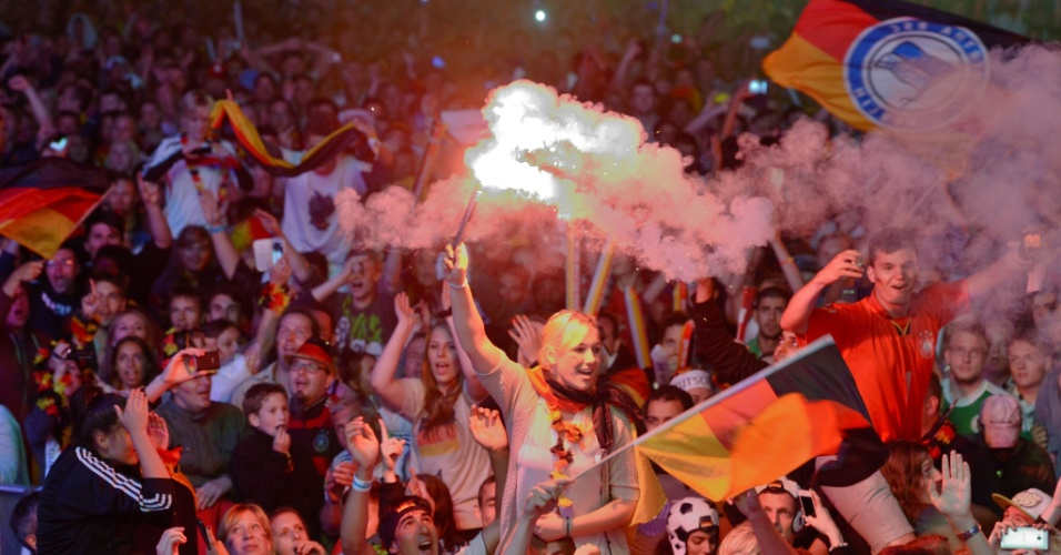 Torcedores alemães tomam ruas de Berlim em comemoração pelo quarto título mundial de futebol do país