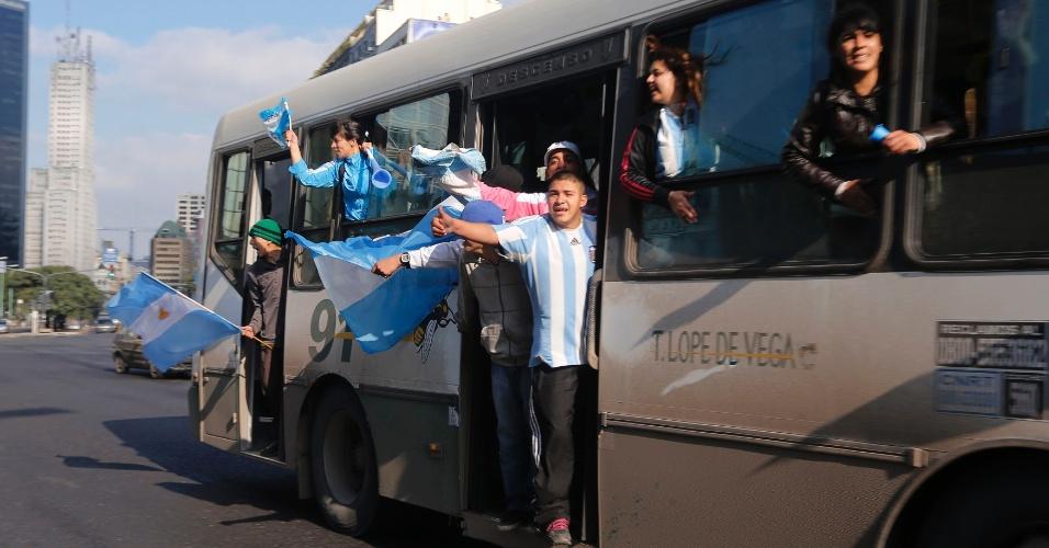 Torcedores chegam de ônibus à região central de Buenos Aires para assistirem à final contra a Alemanha