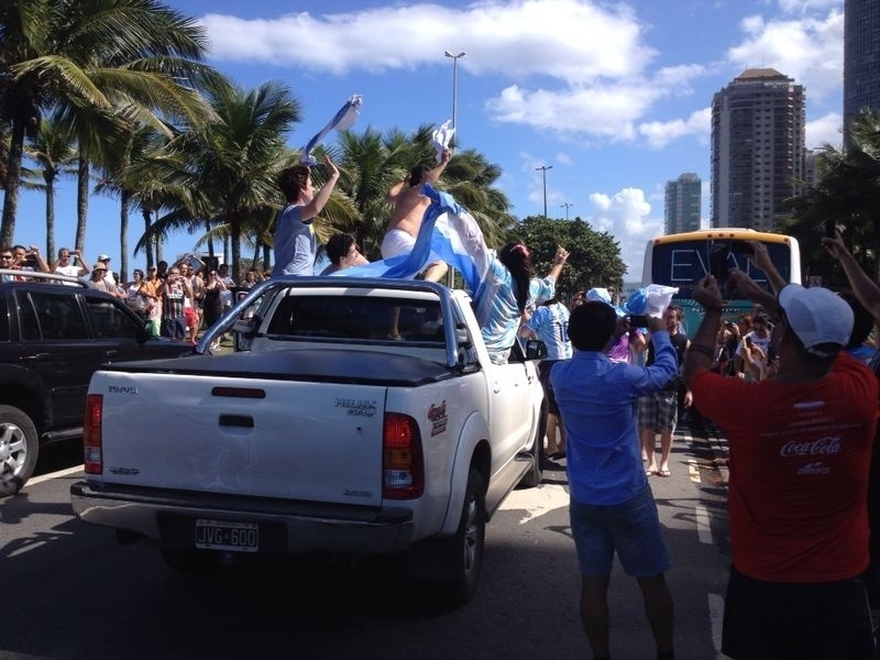 Torcedores da Argentina lotam as ruas do Rio em caravana de apoio à seleção para a final da Copa