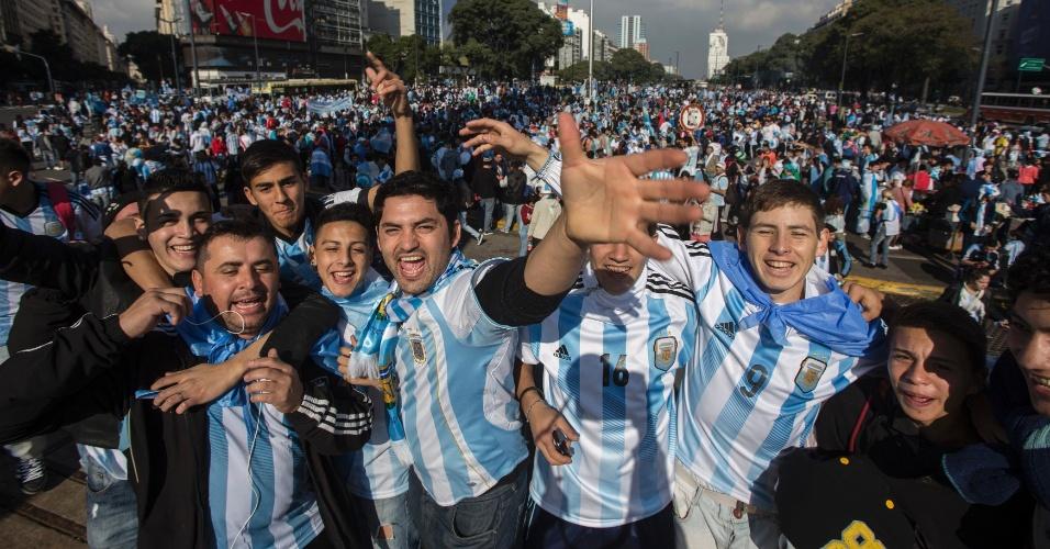 Torcedores da Argentina mostram animação em Buenos Aires momentos antes da final da Copa do Mundo