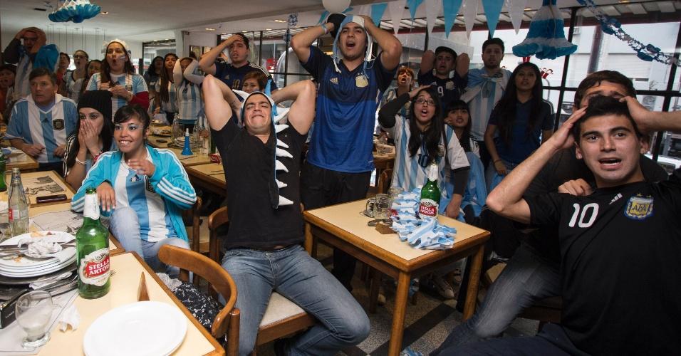 Torcedores em bar de Buenos Aires lamentam chance perdida pela seleção Argentina no Maracanã