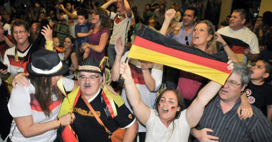 Torcida alemã em Assunção, no Paraguai, comemora quarto título mundial do país após vitória sobre a Argentina