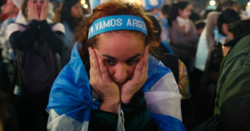 Torcida argentina em Buenos Aires fica incrédula após apito final no Maracanã