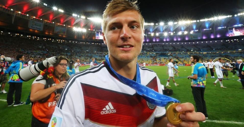 Um dos melhores jogadores da Alemanha na Copa, Toni Kroos mostra sua medalha de campeão