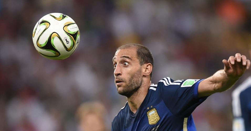 Zabaleta olha a bola na derrota da Argentina para a Alemanha na final da Copa do Mundo