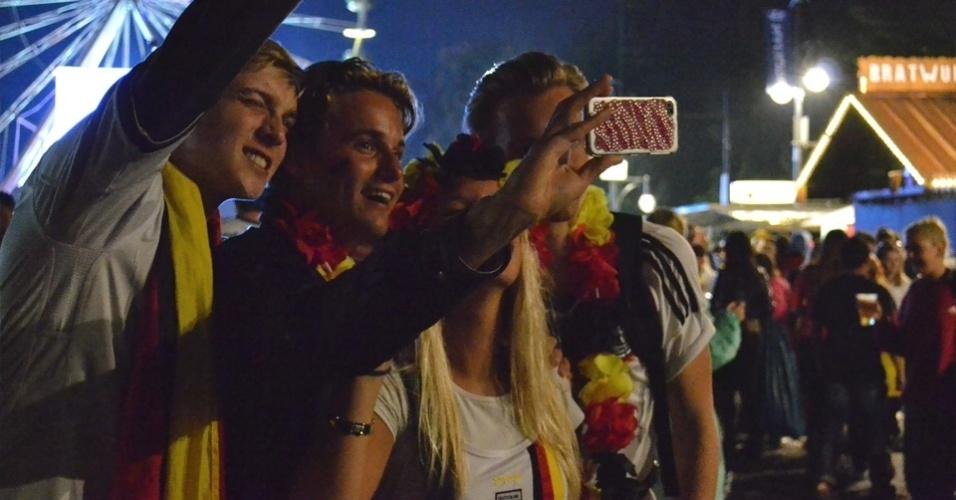 13.jul.2014 - Amigos tiram selfie durante exibição da final da Copa do Mundo