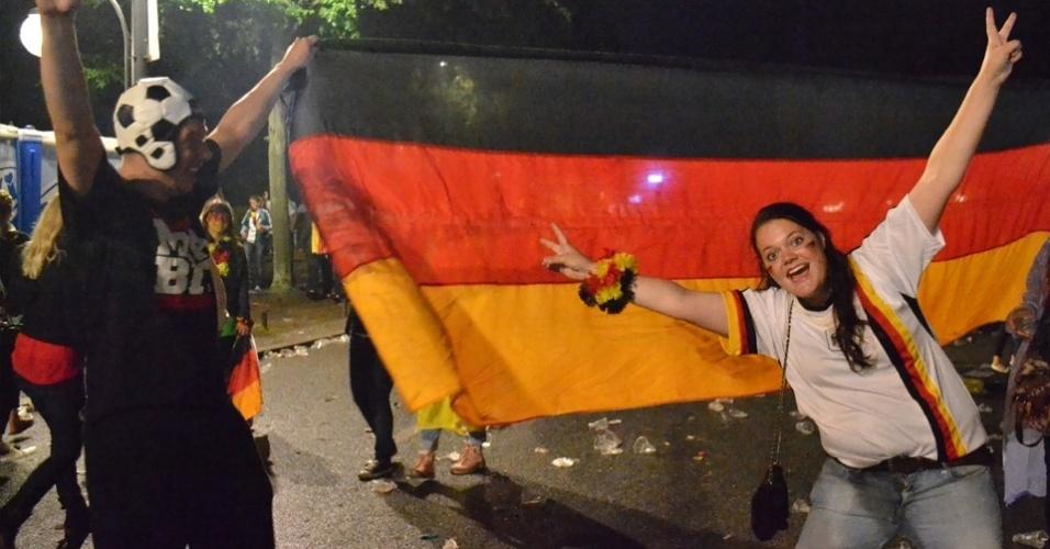 13.jul.2014 - Animados, grupo de amigos posam para foto durante comemoração no Fan Park de Berlim (13/7/14). O espaço teve shows de artistas locais