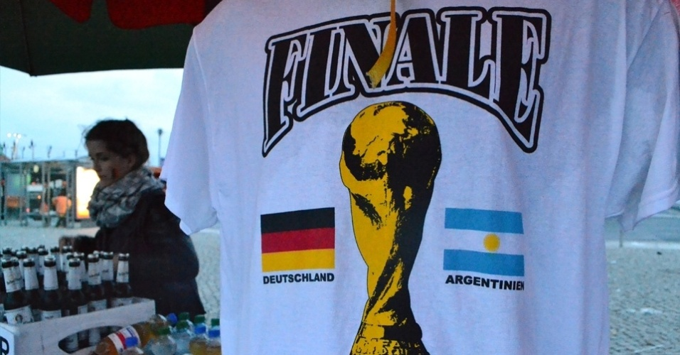 13.jul.2014 - Camisetas criadas para a final são vendidas em barraquinhas próximas ao Fan Park de Berlim