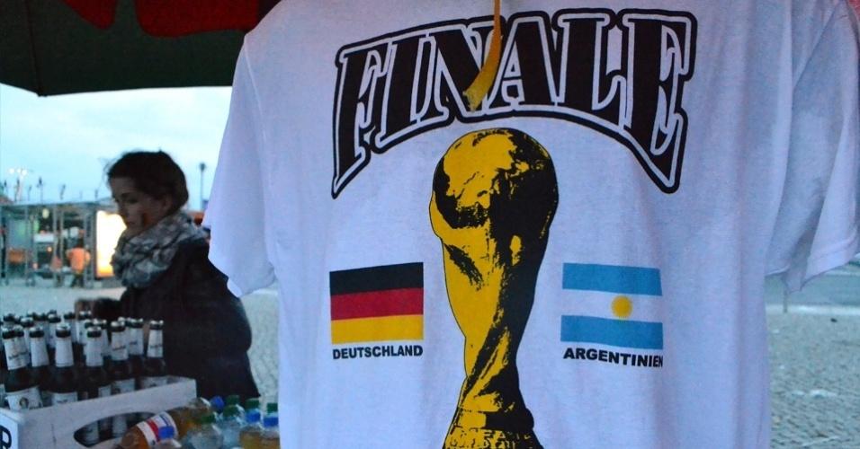 13.jul.2014 - Camisetas criadas para a final são vendidas em barraquinhas próximas ao Fan Park de Berlim