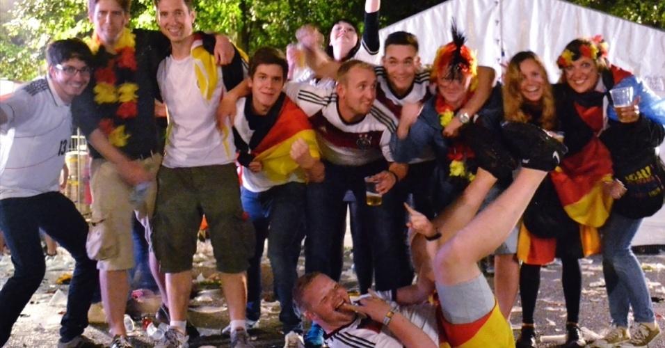 13.jul.2014 - Grupo de torcedores embriagados invadiram a foto após a final em Berlim
