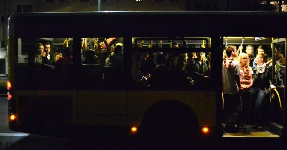13.jul.2014 - Linhas de ônibus lotadas na volta para casa após a exibição do jogo