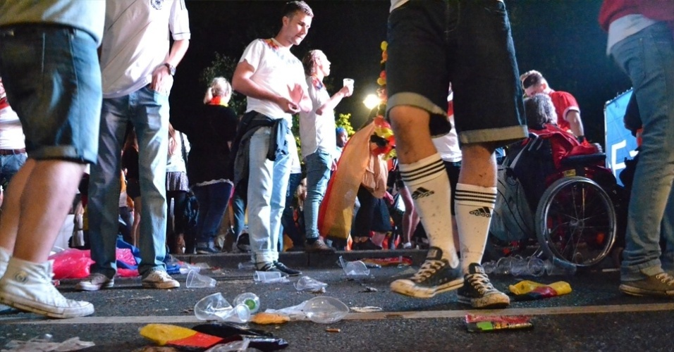 13.jul.2014 - Lixo e sujeira também tomaram as ruas da cidade. Muitos 'catadores' de garrafa ajudaram limpar, mas as ruas tinham um mar de copos de cerveja