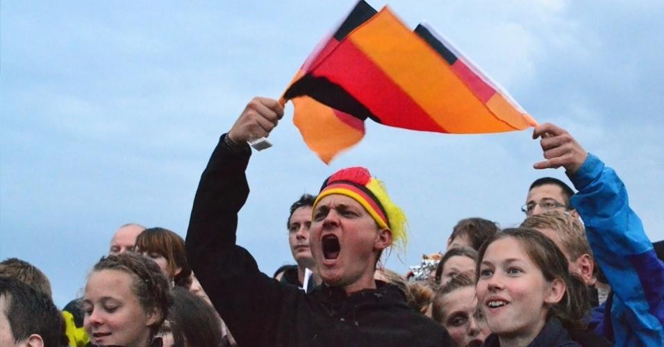 13.jul.2014 - Torcedor alemão acompanha jogo da final da Copa do Mundo contra a Argentina neste domingo