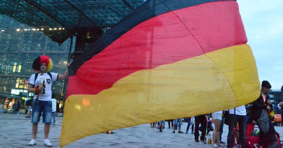 13.jul.2014 - Torcedor exibe bandeira da Alemanha que ajudou a costurar
