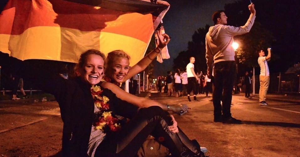 13.jul.2014 - Torcedoras comemoram vitória da Alemanha no Portão de Brandemburgo