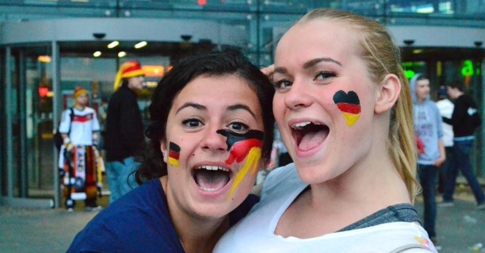 13.jul.2014 - Torcedoras se preparam para assistir à final da Alemanha contra a Argentina em Berlim