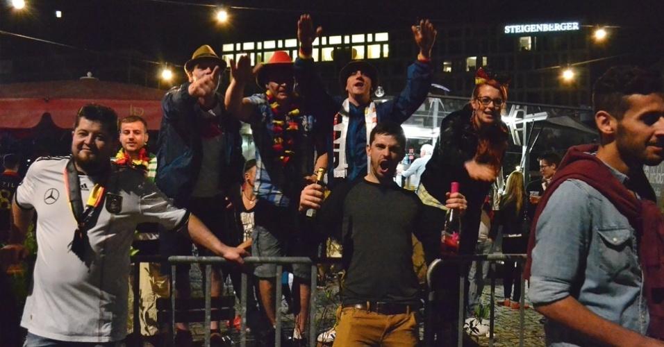 13.jul.2014 - Torcedores assistem ao jogo com garrafa de champagne preparada para a comemoração.
