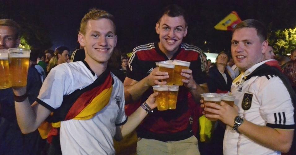 13.jul.2014 - Torcedores comemoram com mais cerveja a vitória do time