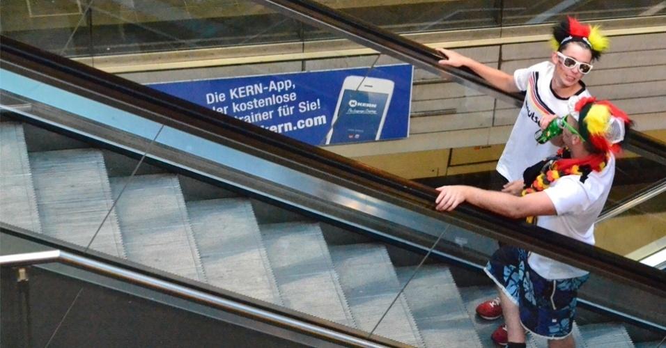 13.jul.2014 - Torcedores desembarcam vestidos com acessórios divertidos na estação de metrô Hauptbanhof, um dos principais acessos ao Fifa Fan Park de Berlim