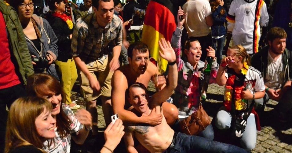 13.jul.2014 - Torcedores embriagados pelas ruas de Berlim