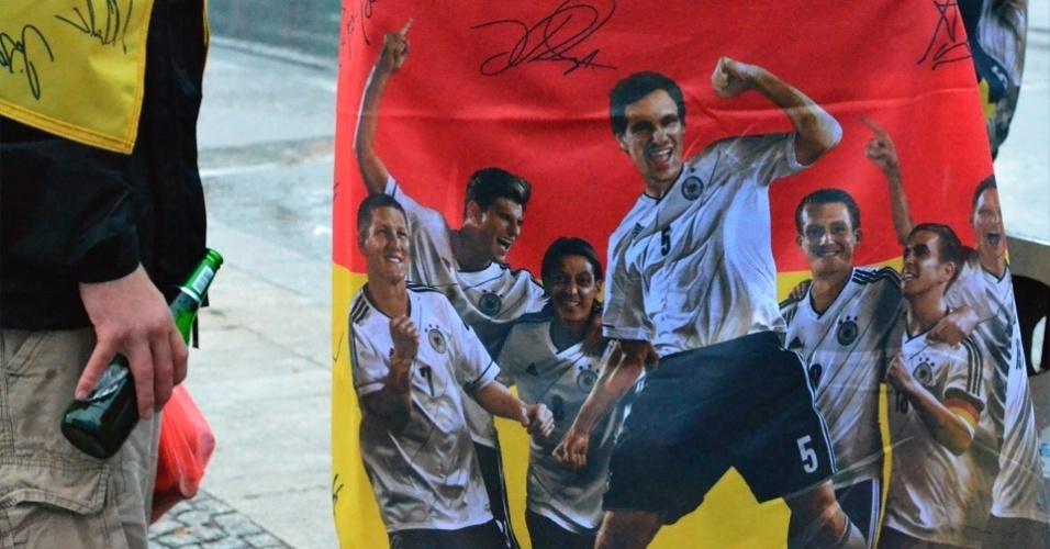 13.jul.2014 - Tratados como rockstars, jogadores viram estampa de bandeira da Alemanha em Berlim