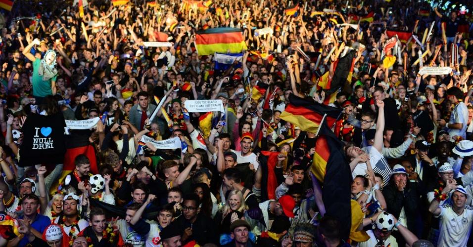 14.jul.2014 - Alemães foram em peso as ruas de Berlim para comemorar a conquista da Copa do Mundo