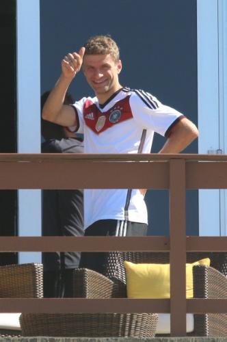 14.jul.2014 - Atacante Thomas Müller sai na sacada de hotel onde a seleção alemã está hospedada no Rio de Janeiro para cumprimentar os torcedores