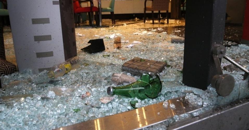 14.jul.2014 - Bar no centro de Buenos Aires teve seus vidros e garrafas quebrados após a derrota da Argentina para a Alemanha na final da Copa do Mundo