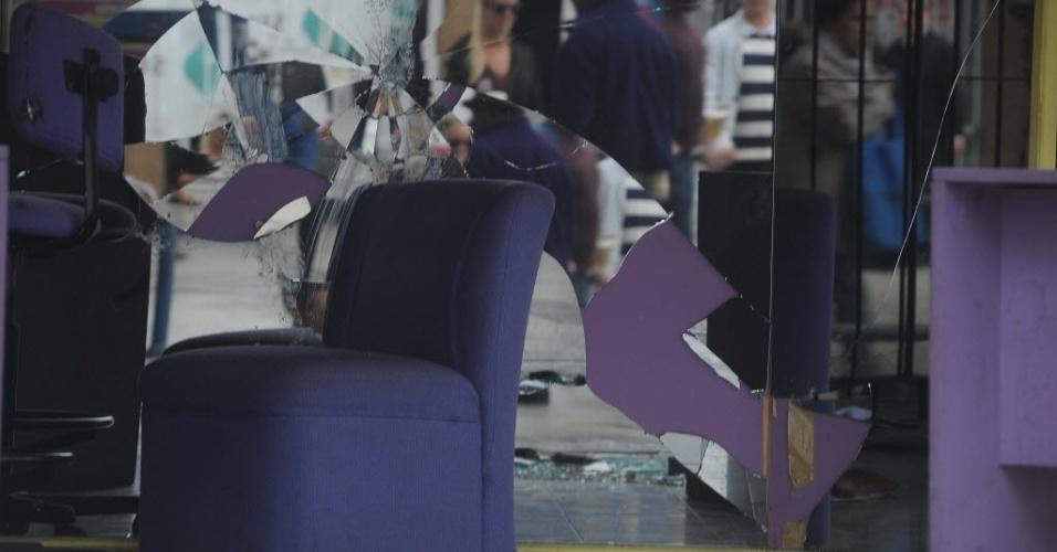 14.jul.2014 - Espelho no interior de um estabelecimento no centro de Buenos Aires foi quebrado durante a revolta de torcedores pela derrota da Argentina na final da Copa do Mundo