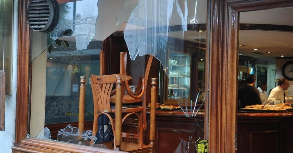 14.jul.2014 - Este restaurante abriu as portas na manhã desta segunda (14/07) mesmo com os vidros quebrados, resultado da revolta de torcedores argentinos pela derrota para a Alemanha na final da Copa do Mundo