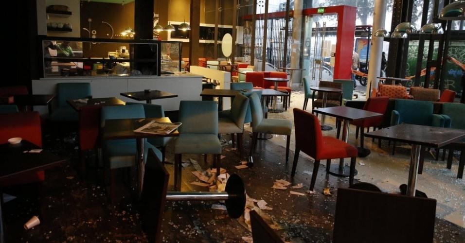 14.jul.2014 - Restaurante no centro de Buenos Aires teve vidros quebrados e mesas arremessas por torcedores descontentes com a derrota da Argentina na final da Copa do Mundo
