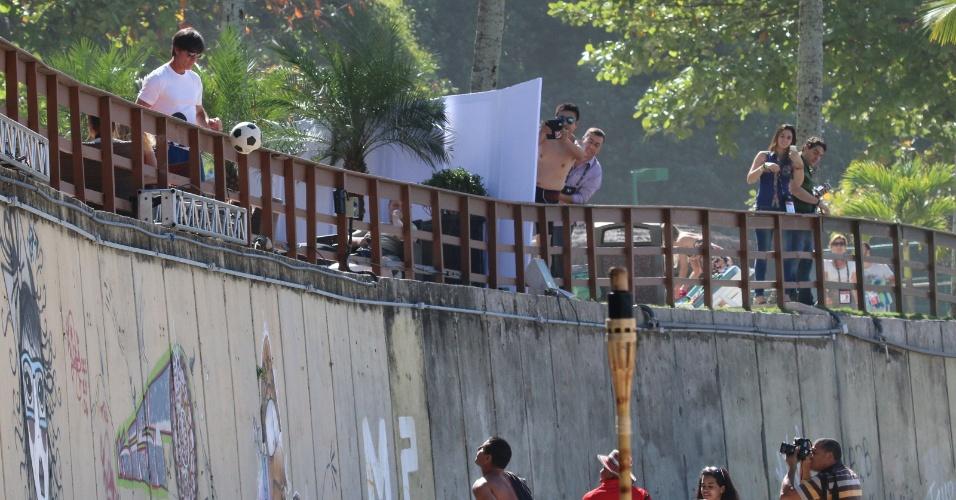 14.jul.2014 - Técnico da Alemanha, Joachim Löw distribui autógrafos em bolas e camisas de sacada em hotel no Rio de Janeiro