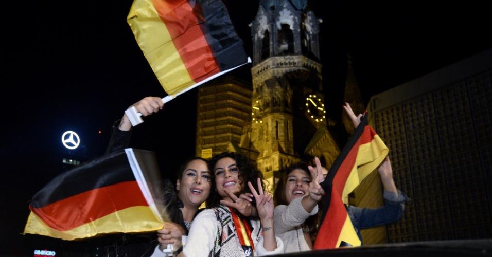 14.jul.2014 - Torcedoras da Alemanha comemoram com bandeiras do país a conquista da Copa do Mundo