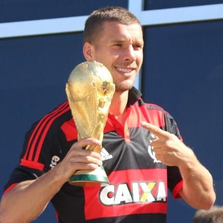 Vestindo camisa do Flamengo, Podolski mostra taça da Copa do Mundo para torcedores - Márcio Honorato/HONOPIX/ESTADÃO