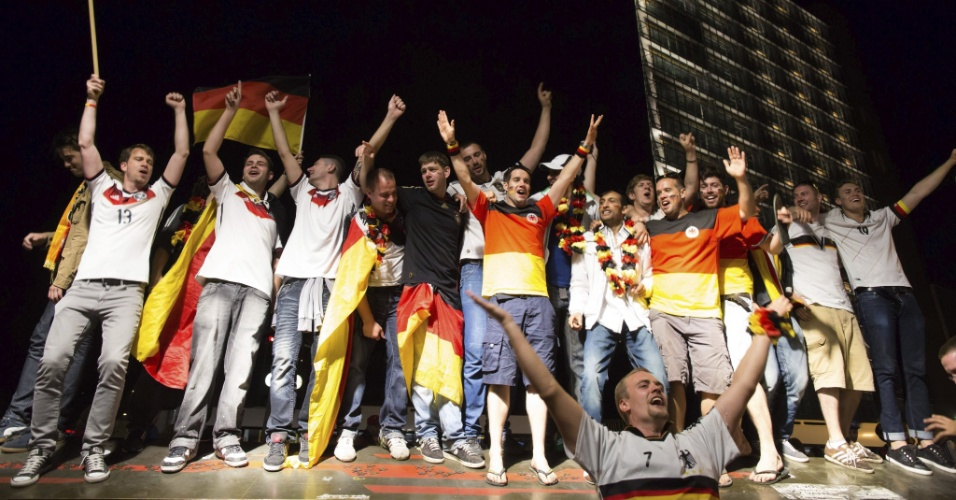 14.jul.2014 -Alemães fizeram muita festa em Berlim após a conquista da Copa do Mundo