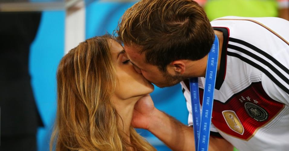 Ann-Kathrin Brommel e Götze comemoram título da Alemanha com beijos