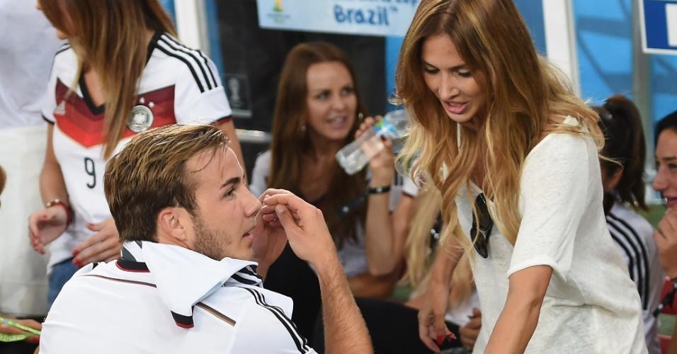 Ann-Kathrin Brommel e Götze conversam após a conquista do título Mundial
