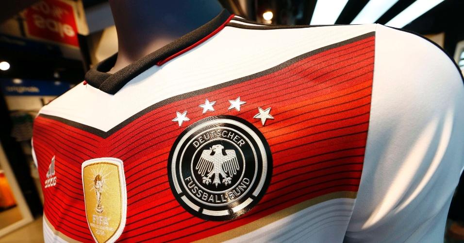Após conquista do tetra, lojas da Alemanha já vendem a camisa da seleção com quatro estrelas