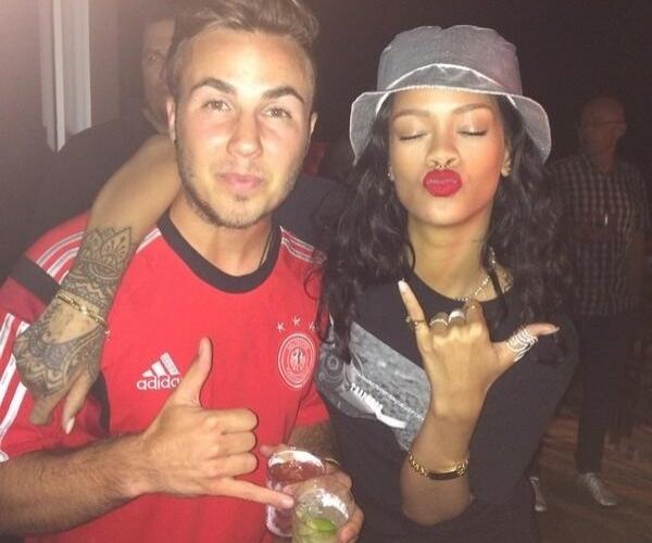 Autor do gol que deu o título à Alemanha, Götze posa ao lado de Rihanna durante a festa