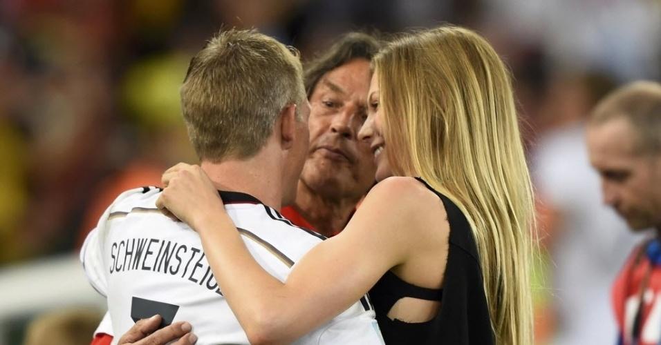 Bastian Schweinsteiger comemora título ao lado de Sarah Brandner