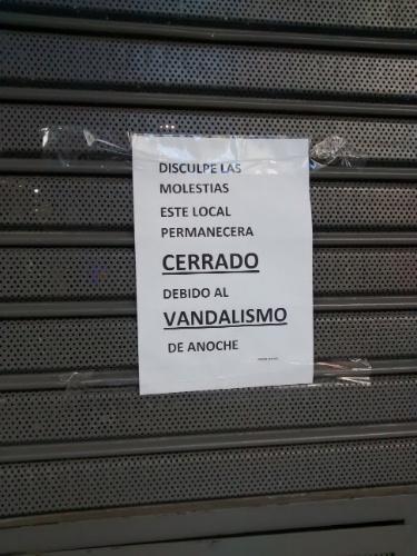 Cartaz em uma loja de brinquedos na Av. Corrientes, em Buenos Aires, informa que não vai abrir por conta dos atos de vandalismo após a derrota da Argentina na final da Copa do Mundo
