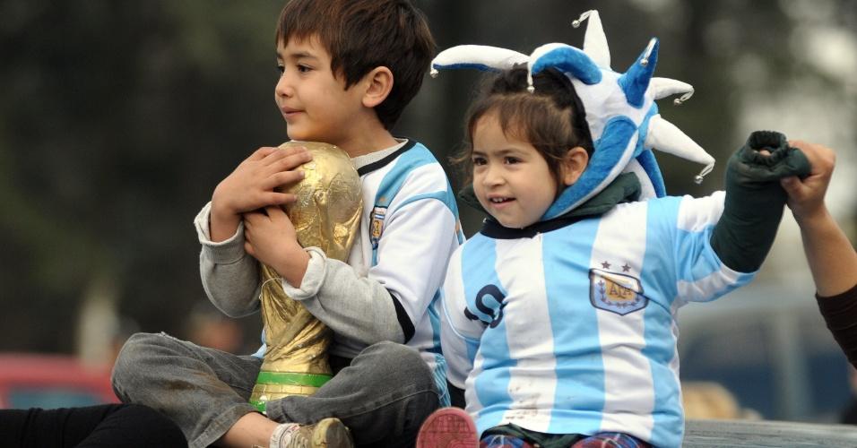 Crianças participam da recepção aos jogadores da seleção argentina, que foram vice-campeões da Copa do Mundo no Brasil