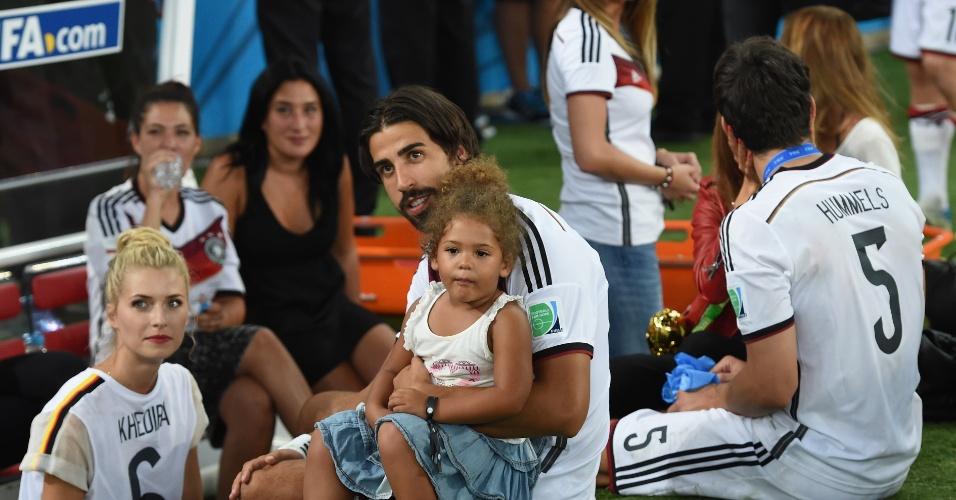 Filha de Boateng curte título da Alemanha no colo de Khedira